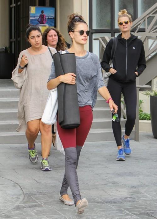ماذا ترتدي اليساندرا أمبروسيو اثناء التمارين الرياضية؟