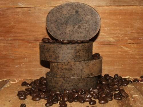 اصنعي بنفسك صابونة القهوة لشد البشرة والقضاء على السيلوليت!