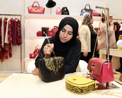 زيّني حقيبتك بفن الخط العربي خلال مهرجان دبي للتسوق