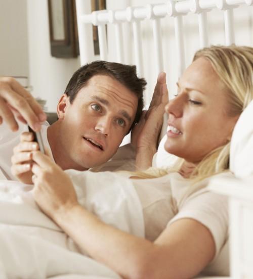 سؤال للأزواج: هل تؤيد إطلاع زوجتك على هاتفك النقال وبريدك الإلكتروني؟