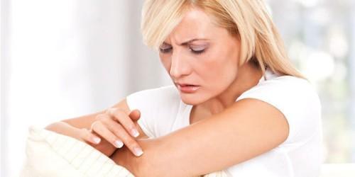 ما هي أعراض التينيا الملوّنة؟