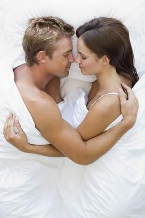 لهذه الأسباب عليكما أن تحضنا بعضكما في السرير!