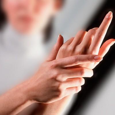 ما هي أسباب تنميل اليدين Ellearabia