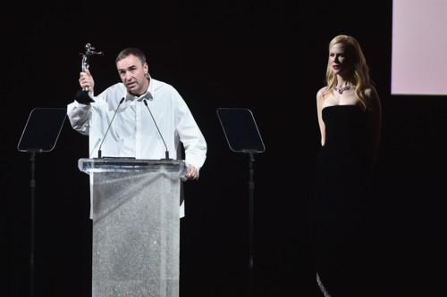 """فوز مصمم دار كالفن كلاين راف سيمونز بجائزة """"مصمم العام"""""""