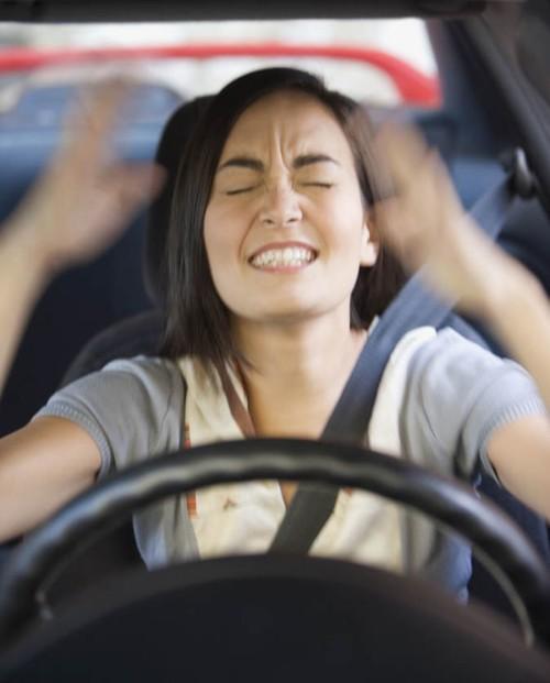 إنفعالات المرأة أثناء القيادة وفي حوادث السير!