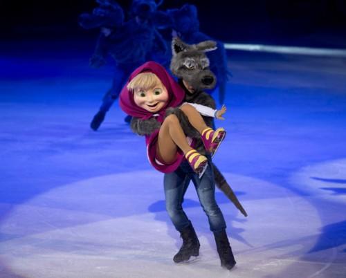 ماشا والدب في أداءٍ إبداعي على الجليد