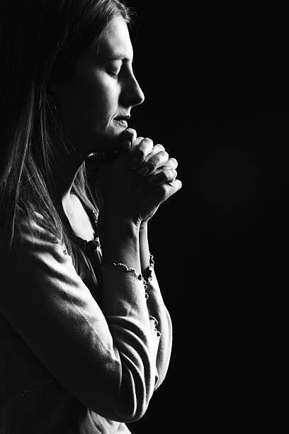 كيف تتخطى المرأة أزمة وفاة زوجها؟