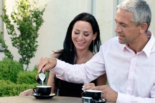 8 أسباب تجذب المرأة إلى الرجل الأكبر سناً