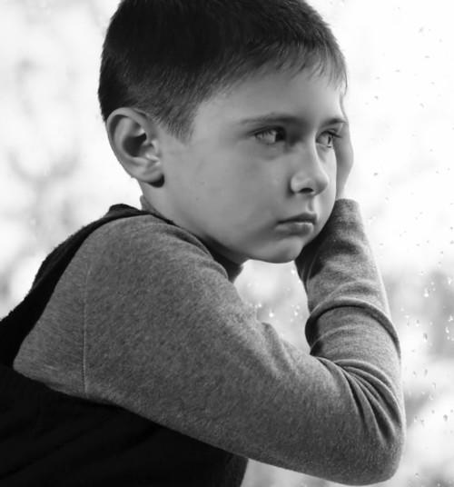لم يعش أخي طفولته