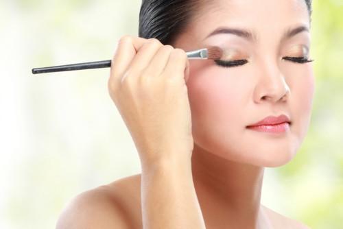 3 حيل تمنع ظلال العيون من التسرب إلى طيّة العين