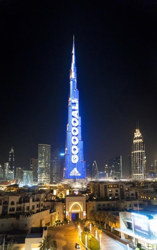 """أعلى لوحة في العالم على """"برج خليفة"""" تستقطب عشاق كرة القدم"""