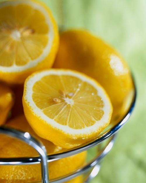 ماذا يحدث عند فرك الليمون تحت الإبطين؟