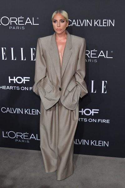 مسألة إنسانية دفعت ليدي غاغا لارتداء البذلة الواسعة