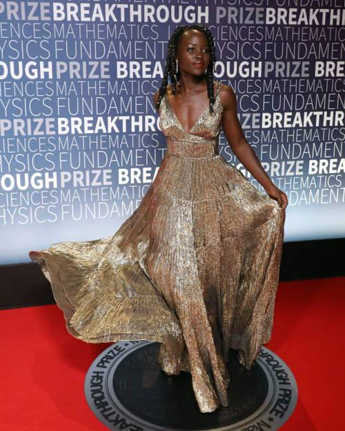 لوبيتا نيونغو مشعّة باللون الذهبي