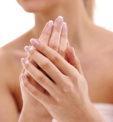 3 خطوات طبيعية لتنعيم اليدين