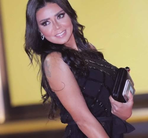 فنانة محجبة تدافع عن رانيا يوسف