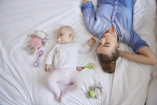 هل تقاسم السرير مع الطفل الحديث الولادة آمن؟