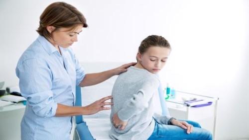 ما هي أعراض انحراف العامود الفقري الجانبي Scoliosis؟