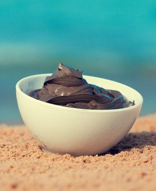 لن تتخيّلي فوائد طين البحر الميت للبشرة