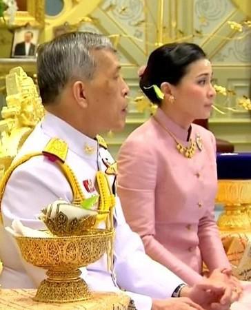 ملك تايلاند يتزوج مضيفة طيران سابقة وينصبها ملكة