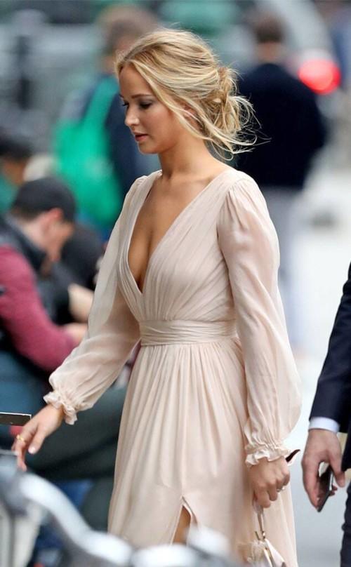جينيفر لورنس تحتفل بخطوبتها بفستان أثيري