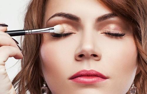 6 حيل بسيطة لتثبيت ظلال العيون في الصيف
