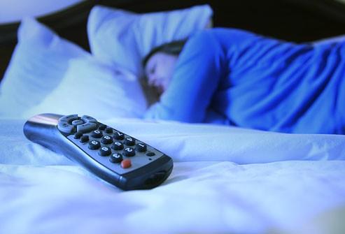 هل تعلمين أن النوم مع الأنوار يسبّب زيادة وزن المرأة؟