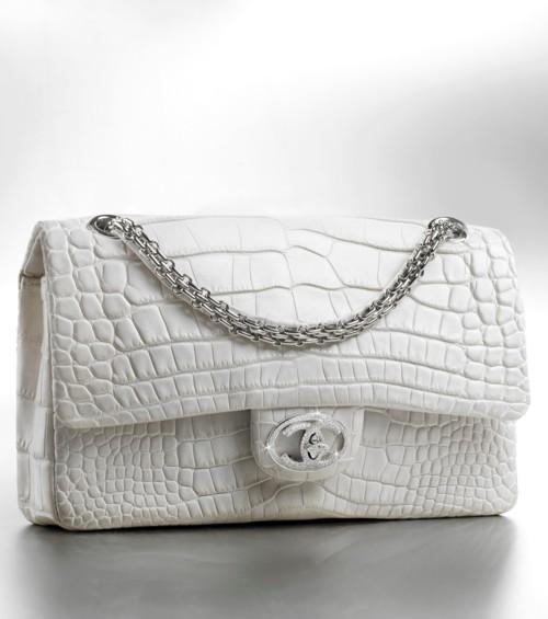 الحقيبة البيضاء هي أكثر ما ستحميلنه هذا الصيف
