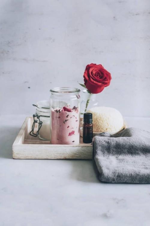 مقشر الورد والحليب لنضارة البشرة