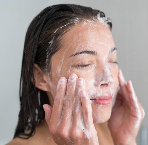 لهذه الأسباب، لا تغسلي وجهك خلال الاستحمام