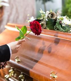 رجل يعود إلى الحياة بعد 7 ساعات على دفنه