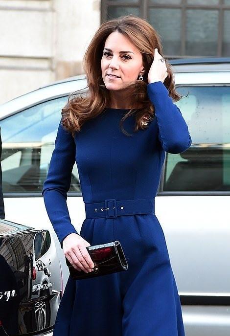 كيت ميدلتون تلفت الأنظار بالأزرق الملكي