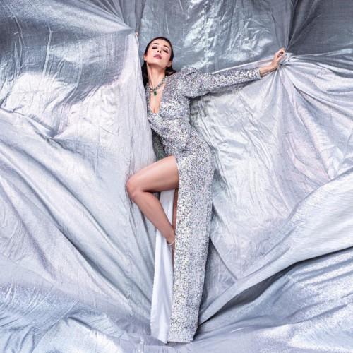 نجمة بوليوود ماليكا أرورا تتألق فستان براق من ألينا أنوَر