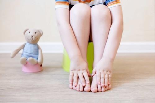5 علاجات طبيعية للتخلّص من الإمساك عند الأطفال