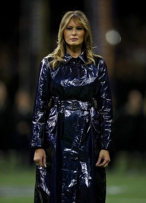 معطف ميلانيا ترامب يلفت الأنظار وكم بلغ ثمنه؟