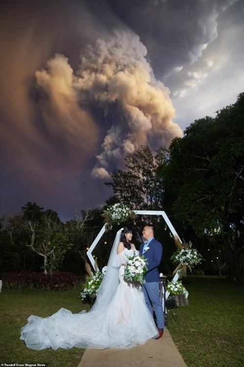 زوجان يقيمان حفل زفافهما تحت دخان بركان