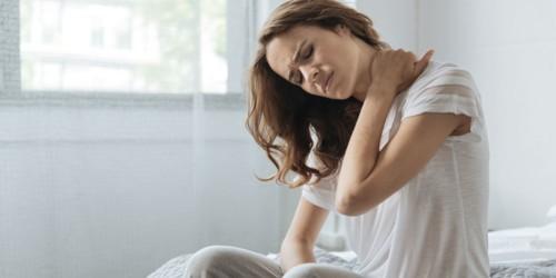 4 خطوات طبيعية لتخفيف ألم وتصلب الرقبة في الصباح