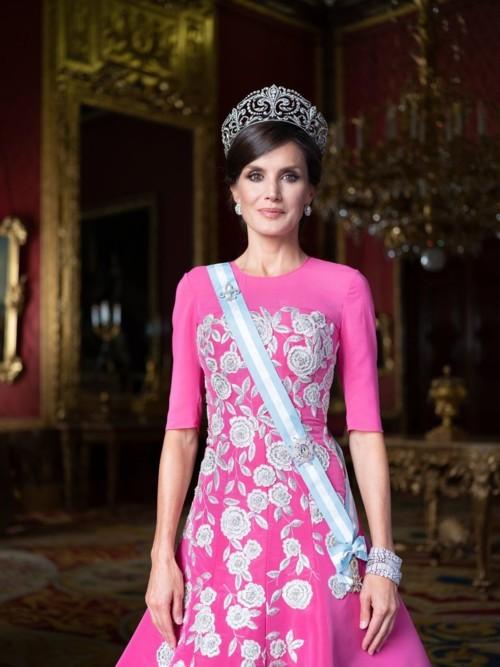 الملكة ليتيزيا بإطلالات راقية في صورها العائلية