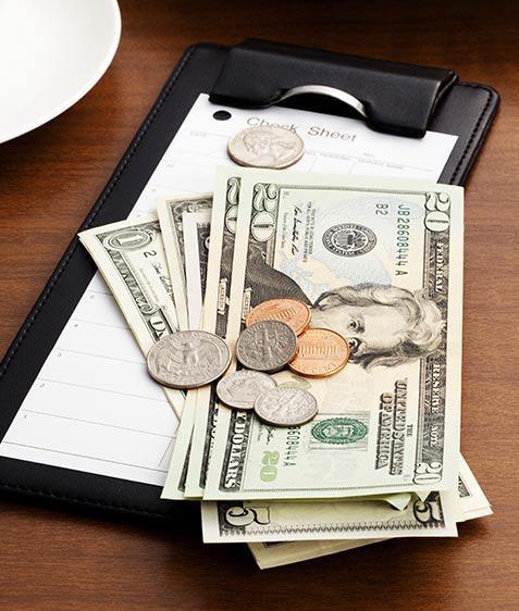 ترك 10 آلاف دولار في مطعم بسبب كورونا