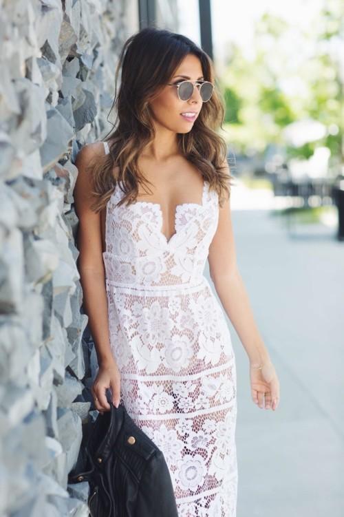 كيف ترتدين فستانكِ الأبيض هذا الصيف؟