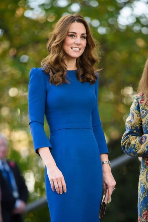 الفساتين الضيّقة: طرق تنسيقها على غرار أميرات العالم