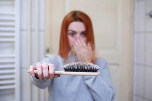 8 أسباب شائعة لتساقط الشعر عند النساء