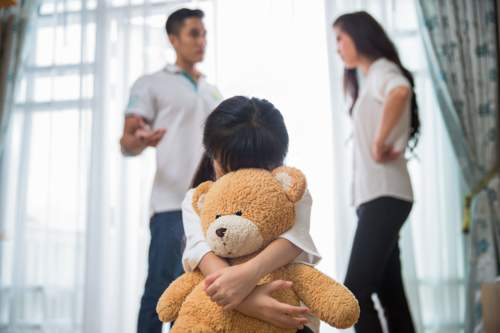 ما هي الآثار النفسية لطلاق الوالدين على الطفل؟