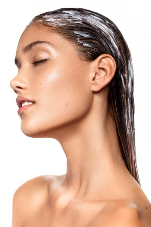 هل تعرّفتِ إلى طريقة غسل الشعر بالبلسم؟