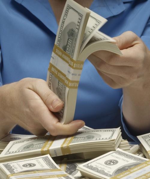 بنك يحول لعملائه 900 مليون دولار بالخطأ