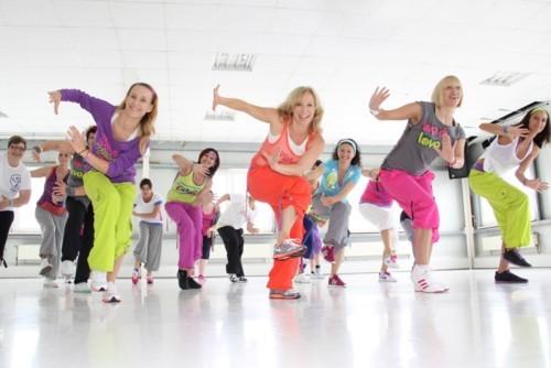 تتألف رقصة الزومبا الواحدة من ثلاث إلى أربع حركات للأغنية والحركات بسيطة  ومكررة فستستطيعون التماشي مع الحركات وأداءها دون شعور بالتوتر والقلق.