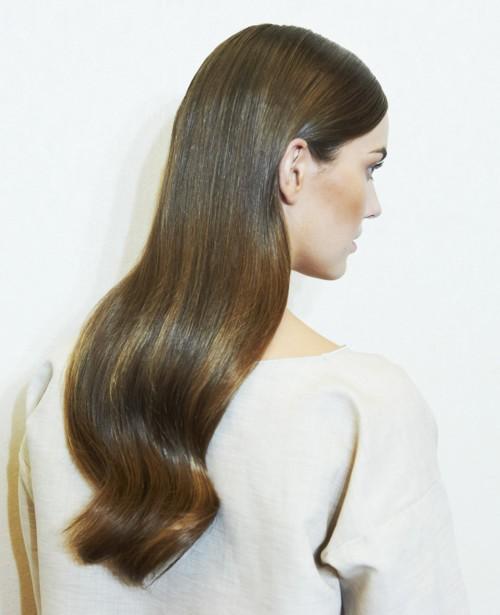 كيف تحصلين على شعر أملس دون الحاجة للذهاب إلى مصفّف الشعر؟