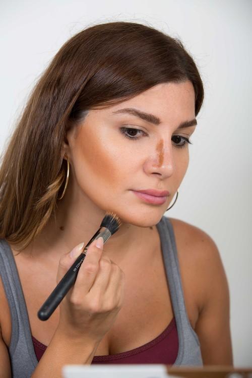 7 خطوات سهلة للقيام بمكياج تحديد الوجه (الكونتور)