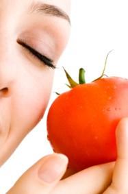 ماسك الطماطم يحمي بشرتك هذا الفصل