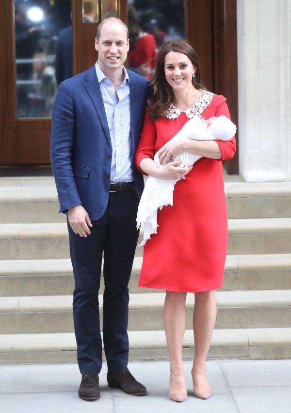 edd406705fc7a غادرت ميدلتون مستشفى السيدة العذراء في لندن مرتديةً فستان باللون الأحمر،  يحمل توقيع المصممة جيني باكهام Jenny Packham ويأتي بياقة مكلّلة بالدانتيل  الأبيض.